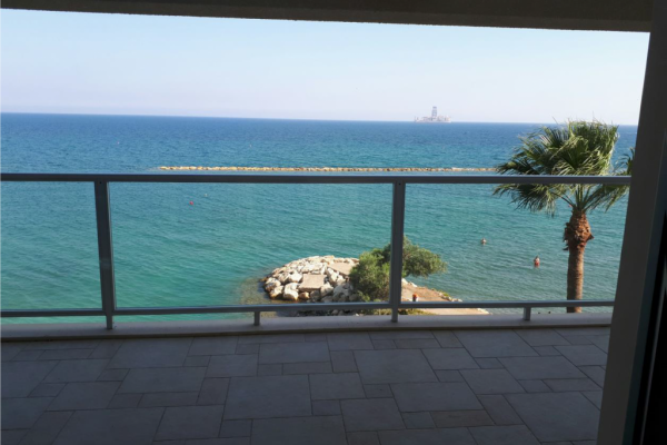 Spacious and bright 2 bedroom apartment on the beachfront